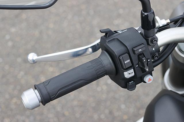 画像: 寒冷時のライディングでも手を温める操作性に優れたグリップヒーターを標準装備。手元のスイッチ操作で5段階に温度を調節できる。