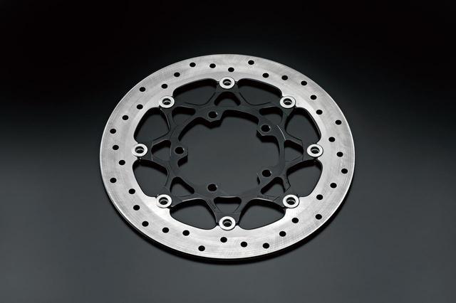 画像: フロントのディスクローター径は制動力を高めるために、従来のハヤブサのΦ310mmからΦ320mmへアップされた。