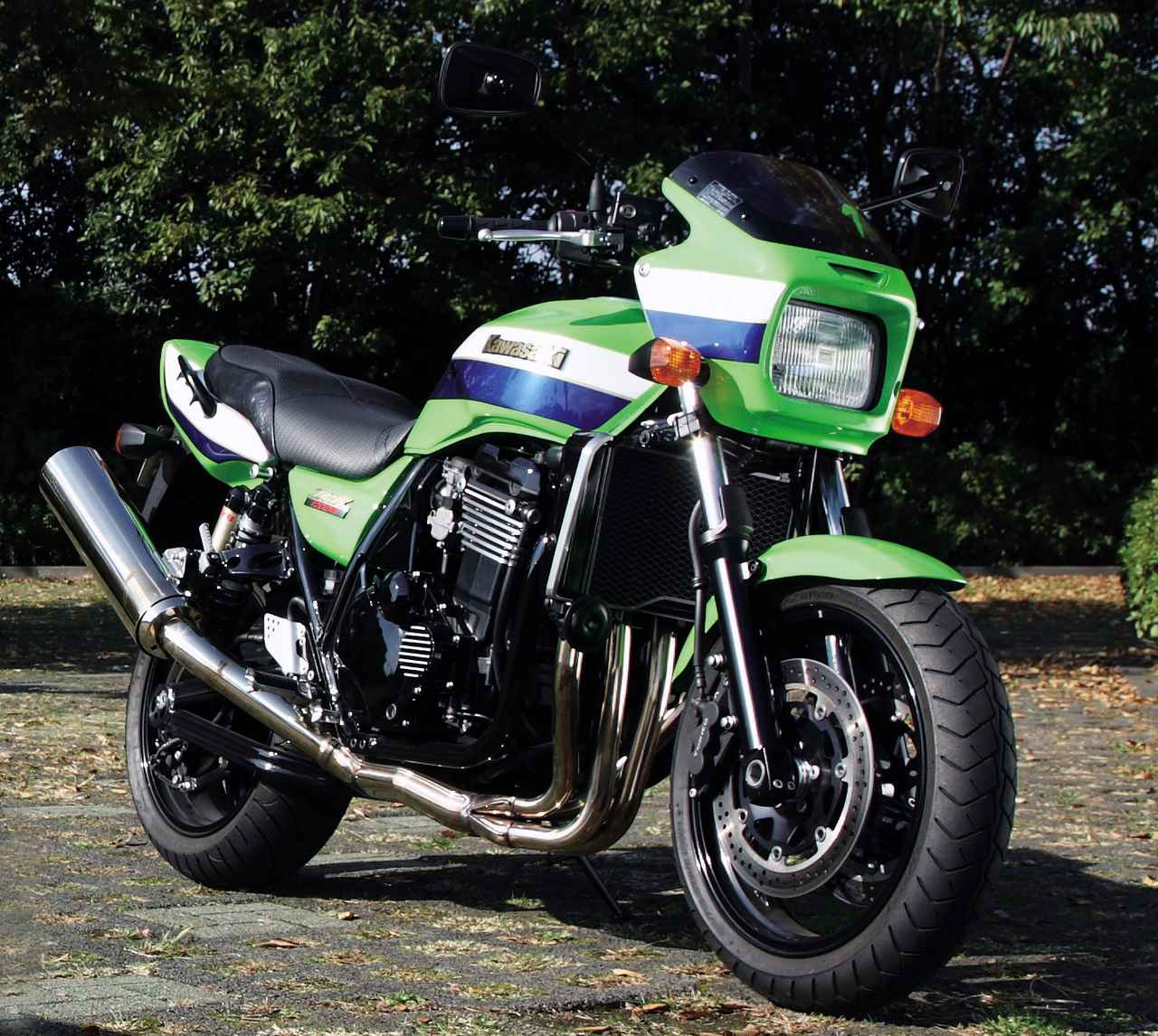 画像: Kawasaki ZRX1200R 2004年(ZRT20A) エンジン形式:水冷4ストDOHC4バルブ並列4気筒 内径×行程(総排気量):79.0×59.4㎜(1164cc) 最高出力:95PS/7500rpm 最大トルク:10.3kg-m/3500rpm ミッション:5速リターン ブレーキ前・後:ダブルディスク・ディスク 全長×全幅×全高:2120×780×1150mm タイヤサイズ 前・後:120/70ZR17・180/55ZR17 燃料タンク容量:18L ホイールベース:1465mm 乾燥重量:224kg 当時の発売価格:97万5000円 ※諸元は2004年モデル