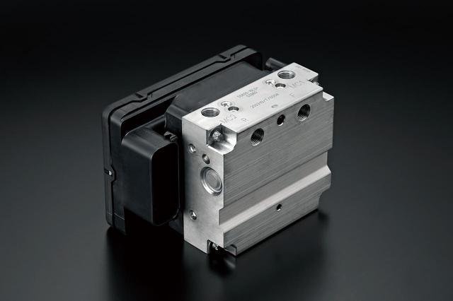 画像: ボッシュ製の最新ABSユニットを搭載し、IMUとの連携によりモーショントラックブレーキなどの高度な制御を可能にした。