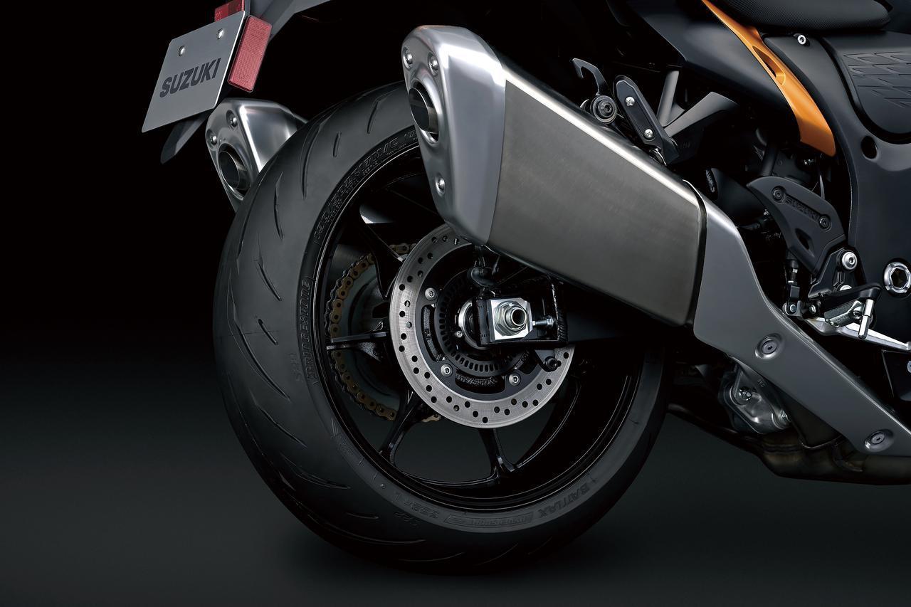 画像: ブレーキは前後連動のコンビネーション式。標準装着タイヤはブリヂストンと共同開発されたバトラックス・ハイパースポーツS22。