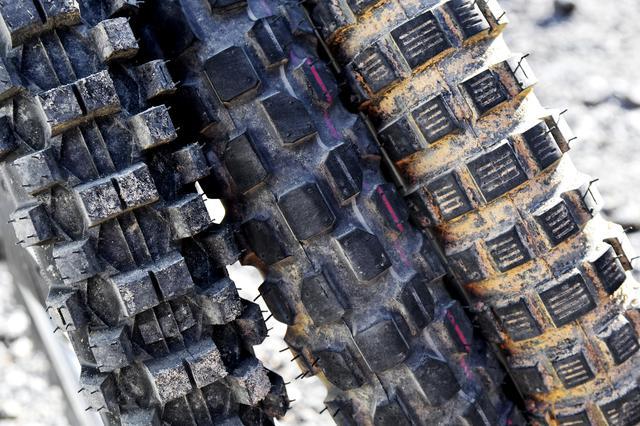画像: 左からTIMSUN TS808、IRC GP-22、DEESTONE D982。 こうしてみると、ブロックタイヤといっても全然形が違う。