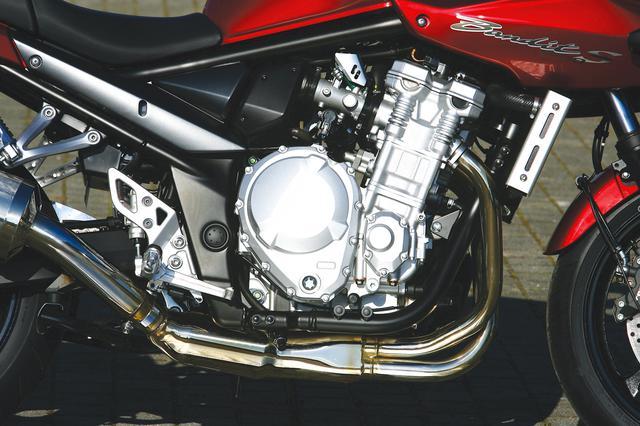 画像: オーバーリッターネイキッド用に専用開発された二次元バランサー付きの水冷エンジンは、最大トルクをわずか3500回転で発生させる。また電子制御式燃料噴射システムとの組み合わせで、リニアなレスポンスを実現していた。