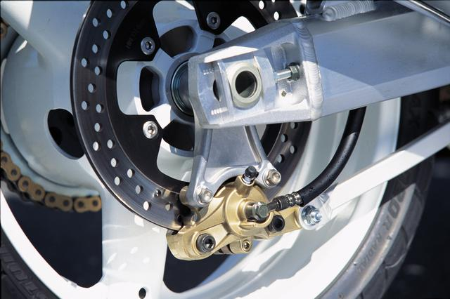 画像: Φ260mmのリアブレーキもR1000と同一の対向式2ピストンキャリパー装着。