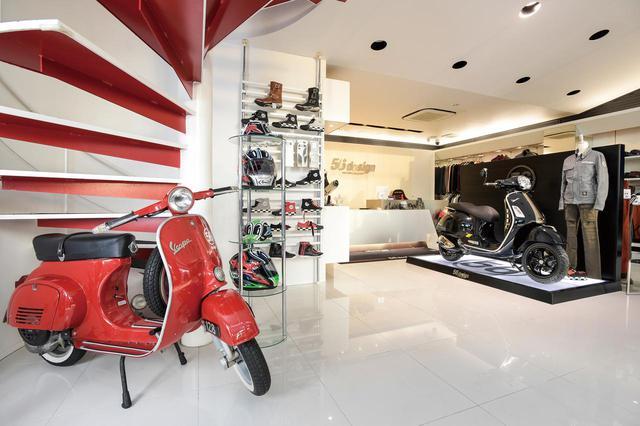 画像: スタイリッシュな店内には、2008年オープン当初より赤いべスパがディスプレイされている。