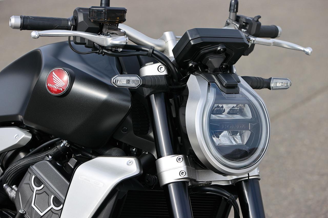 画像: 新型CB1000Rは、薄型LEDヘッドライトの前面を大きくスラントさせるのと同時に、涙滴型ケースとライトガイドにより、フロントマスクを印象的にしている。