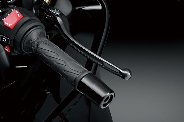 画像: ブレーキ&クラッチレバーには、超高速走行時の走行風でレバーが動いてしまうのを防ぐため、抵抗を減らす穴が設けられている。