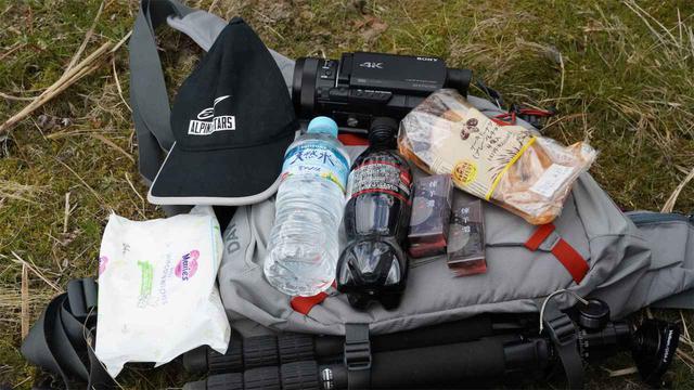 画像: あらためて持ち物をおさらい。スマホや財布、免許証など絶対に必要なものは、ここでは省いています。 ・帽子 ・赤ちゃん用お尻拭き ・水分(ペットボトル) ・ようかん ・ドーナツ ・カメラ ・三脚