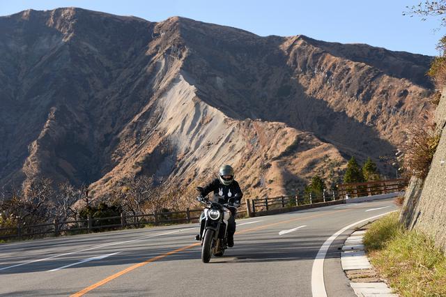 画像: 大草原のイメージがある阿蘇だけれど、場所によってどんどん風景を変えるんです
