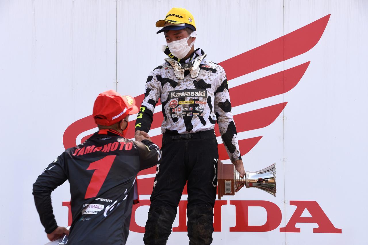 画像: ヒート1、勝者・能塚と握手の山本 こういうシーンとか表彰台3人のシャンパンボトルかちーんとかよき
