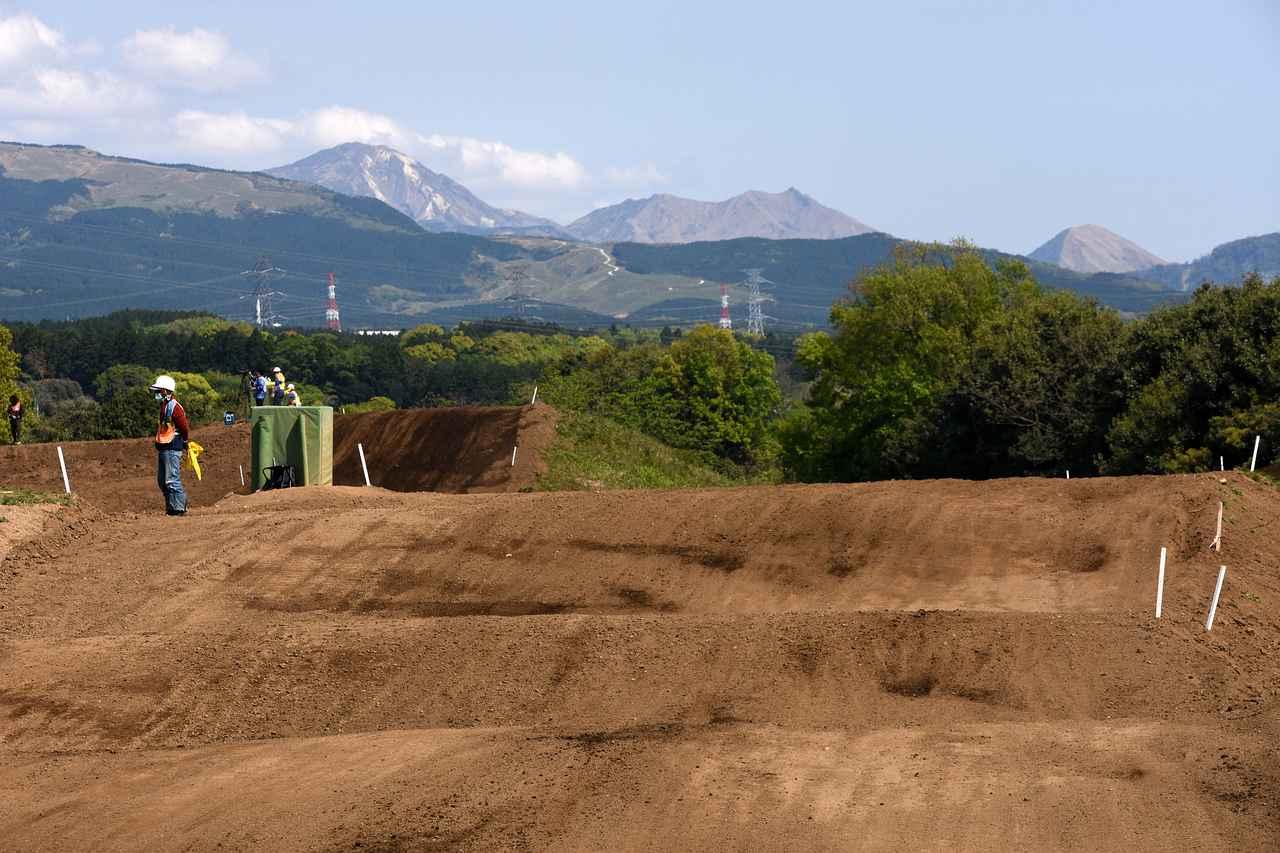 画像: コースの向こうに阿蘇の山々が素晴らしいHSR九州のコース 路面状況も素晴らしく、一回は走ってみたい!