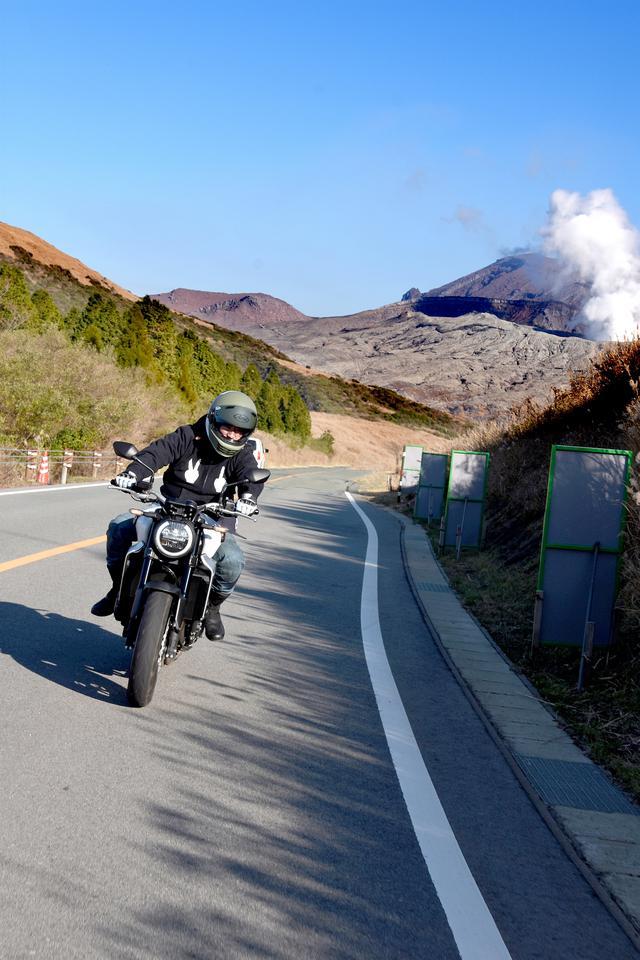 画像: 噴煙を巻き上げる阿蘇をバックに こんな絶景ロード、日本になかなかない
