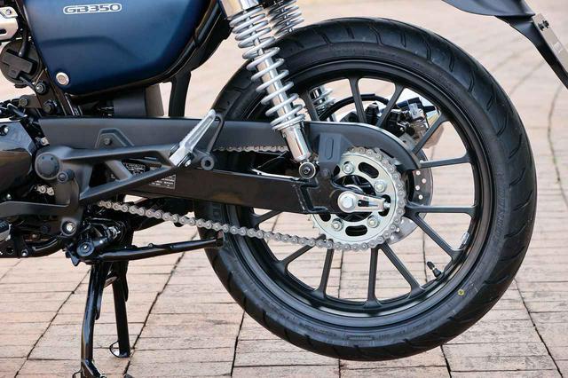 画像: リアホイール径は18インチ。装着タイヤはCB350のMRF製に対し、GB350はダンロップ製に変更された。