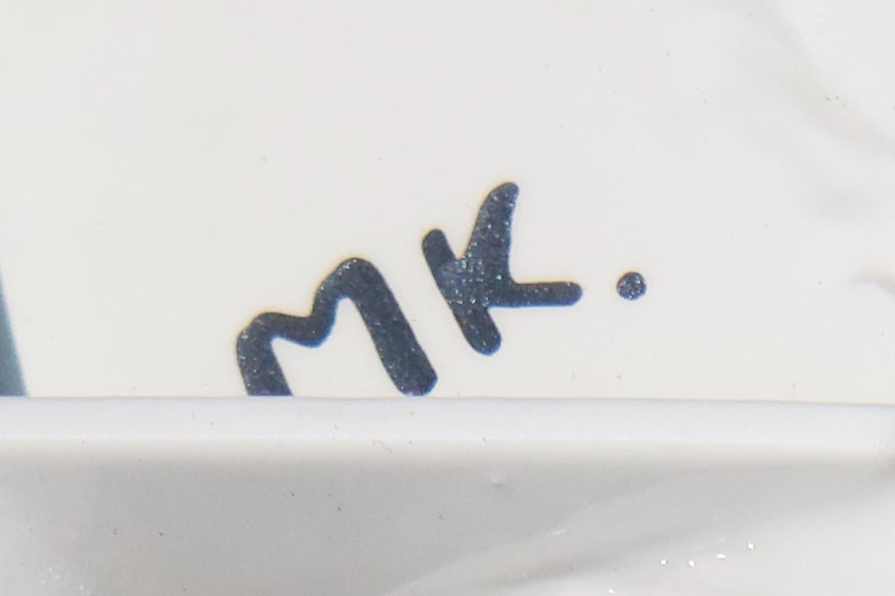 画像: コーチラインを描き終わったのちに、同じペンでサインを入れているのでしょう。