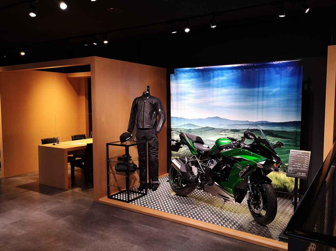 画像: 【ライフスタイル展示】最新のモデルとオリジナルアパレルでモーターサイクルライフを想像できる空間になっている。