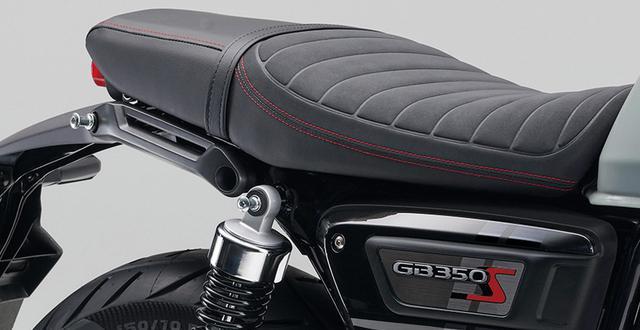 画像: レッドのステッチやタックロールの入ったスポーティなデザインのシートを採用。タンデムグリップも「S」専用のモダンなデザイン。