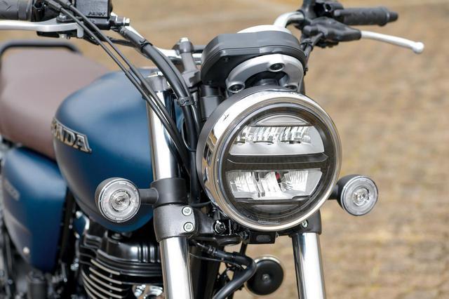 画像: ヘッドライトにはLEDを採用。クラシカルなデザインのウインカーもリング状に光るLEDを使用したもの。