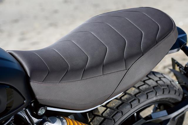 画像: 軽快なデザインながらも快適性を向上させたシートは、シート高などポジション設定と合わせて、リラックスしてライディングできる。スクランブラー1100 PROのものと基本的に共通だが、1100スポーツPROのシートは表皮がブラウンカラーに変更されていて、シックで上質な雰囲気を演出している。