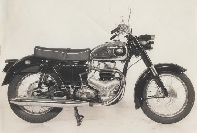 画像: 1960年(昭和35年)メグロ「スタミナK1」 メグロの初期モデルから改良を続けられてきた単気筒500ccが、56年に「スタミナ」として終焉を迎え、60年には新開発の2気筒モデルがデビュー。OHV並列2気筒エンジンを搭載した、後のカワサキ650W1のルーツだ。