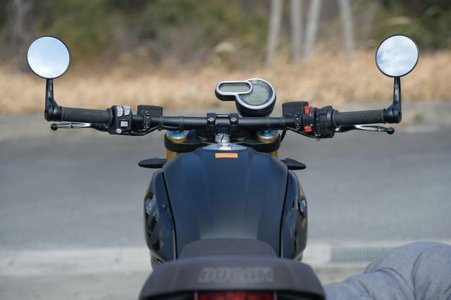 画像: スクランブラー1100スポーツPROは専用のフラットなローハンドルを装着し、前傾が強目のスポーティなポジション設定が与えられている。ミラーも1100 PROが一般的な形状なのに対して、1100スポーツPROではバーエンドミラーを採用して軽快なカフェレーサー的スタイルとなっている。