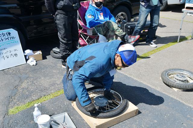 画像: ナンディ小菅氏によるタイヤ交換。