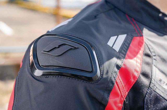 画像: 肩にはブランドロゴを施したアウタースライダーを装備。