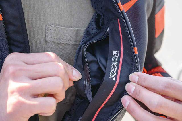 画像: 胸元のインナーポケットはウォータープルーフ仕様。