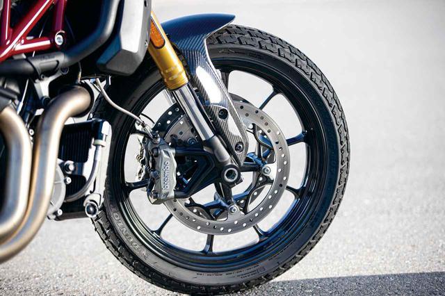 画像: フラットトラックレーサーといえば19インチ。FTRカーボンもフロント19インチを採用している。タイヤはダンロップDT3‐Rだ。