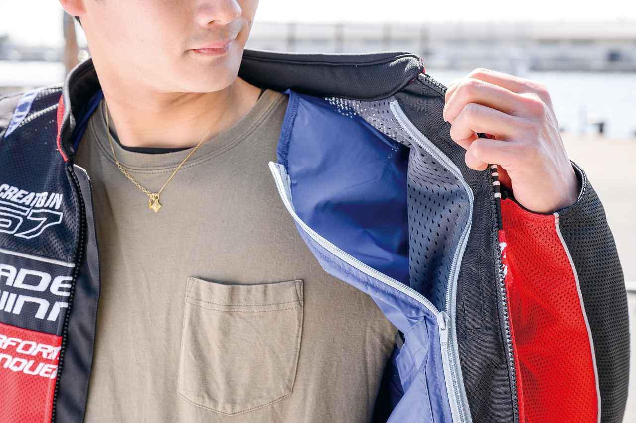 画像: 付属の防風インナーはファスナーとスナップボタンで簡単に着脱可能。