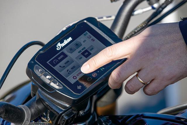 画像: 視認性の高い4.3インチのRideCo㎜and  LCDタッチパネルはBluetooth機能により、さまざまなモバイルデバイスとのペアリングが可能だ。