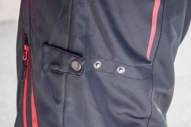 画像: ウエストのアジャストボタンでフィット感を調整でき、バタつきを軽減。