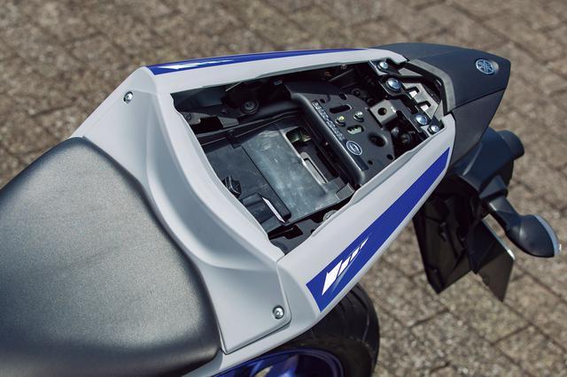 画像: 小ぶりではあるが、タンデムシート下には小物やETC車載器などを収納可能なスペースを確保。こうした実用性の高さも魅力。