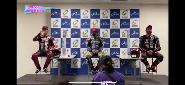 画像: レース2の記者会見の様子。表彰台に上がった3選手です。