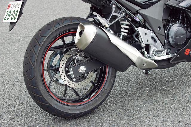 画像: リアのブレーキもフロントと同様にペータルディスクを採用しており、ディスク径は240mm。装着タイヤはIRCのロードウィナーだ。