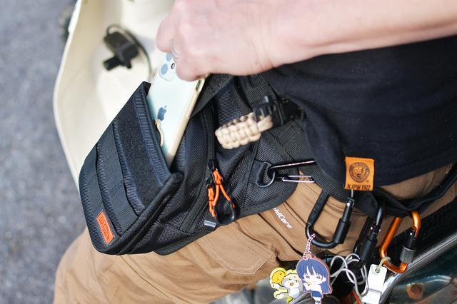画像: メインコンパートメントに財布、ベルクロのベルトフラップ部分にスマホが使いやすい。iPhone12miniはすっぽり。ベルトフラップに余裕があるので、もっとでかいスマホでも安心。