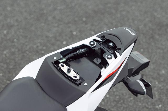 画像: シート下の収納スペースはまずまずのサイズ。ヘルメットホルダーはシート下に装備したフックを使うタイプだ。