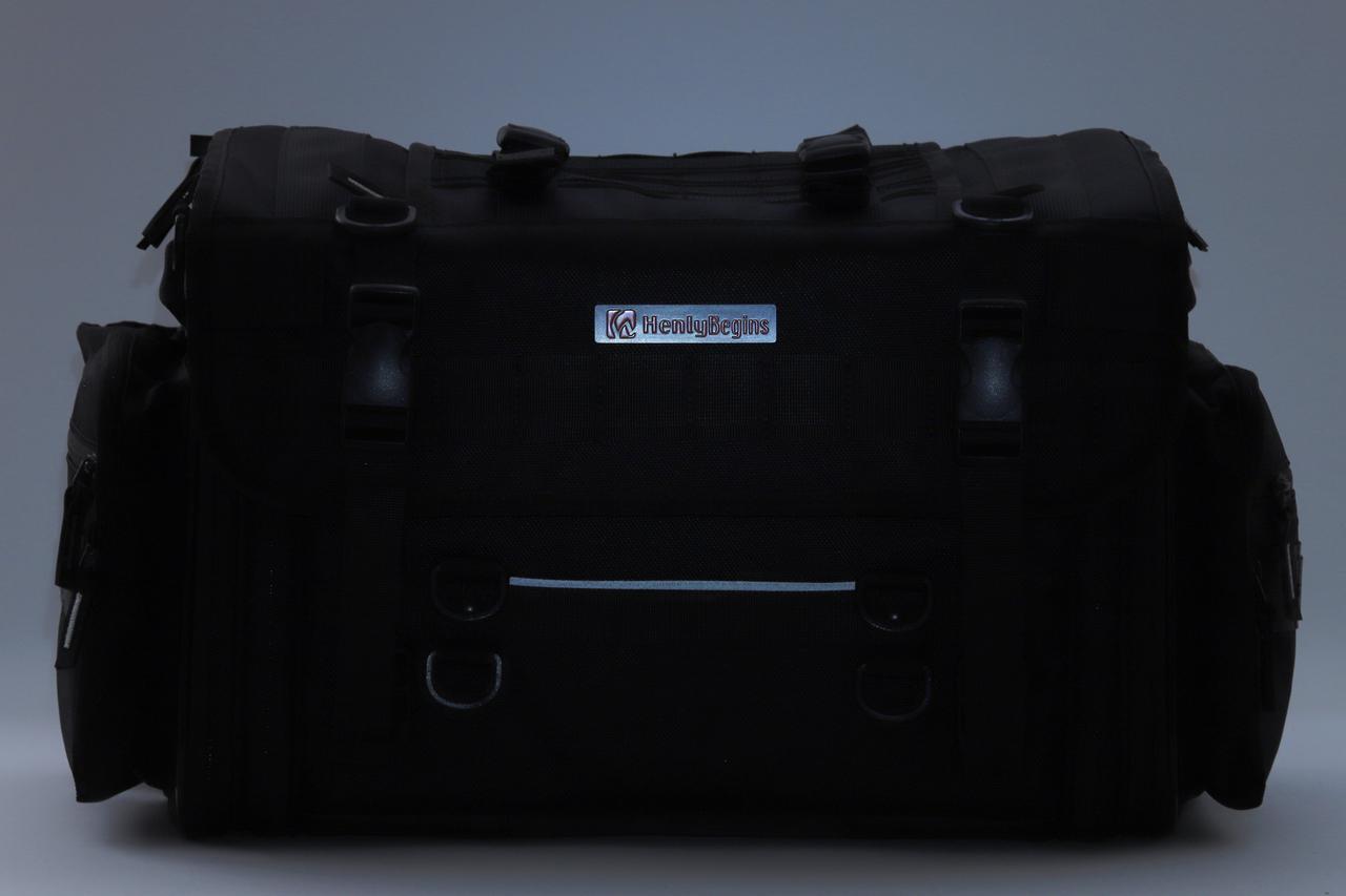 画像: バッグ後部にはさりげなくリフレクターを配備。