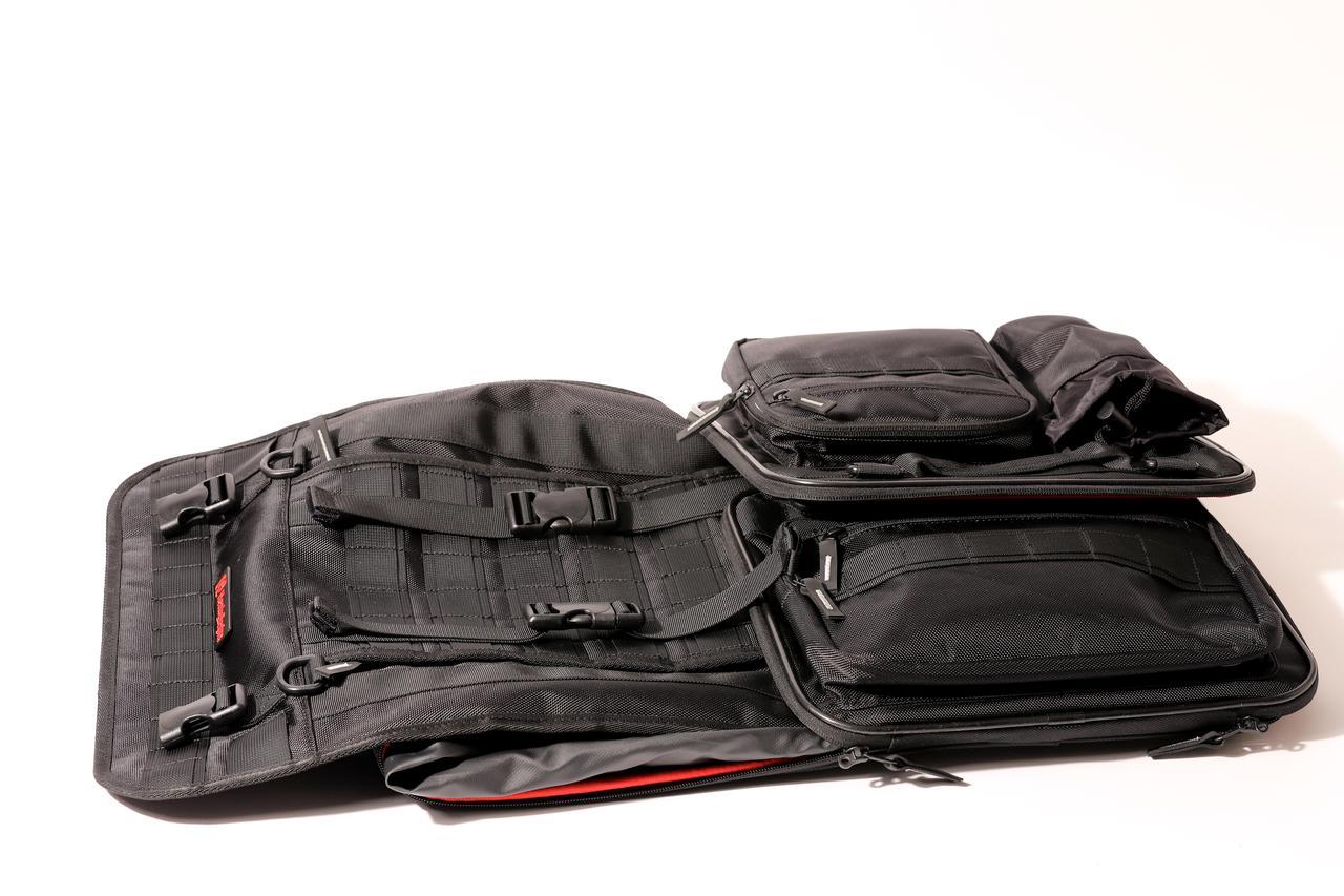 画像: 折り畳めるので保管しやすい。大容量のバッグはけっこう場所を取るので、この配慮はありがたい。