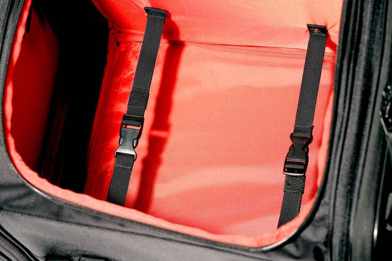 画像: メインスペースには型崩れを防止する連結ベルトを2本装備。内部の裏地が赤色なのもポイント。真っ黒よりも収納時に見やすくて助かる。