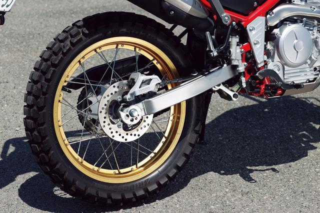 画像: オフタイヤの選択肢が広い18インチリムに、BS製のチューブレスタイヤを装着。ディスクブレーキ径は203mmだ。