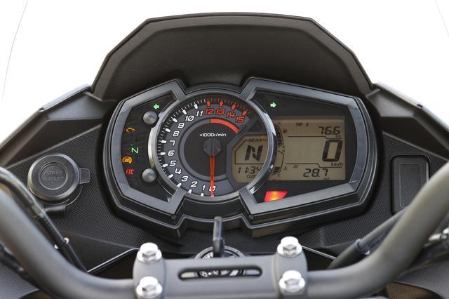 画像: アナログ式タコメーターに液晶モニターを組み合わせたメーターはニンジャ250と同系統のもの。ギアポジションも表示する。