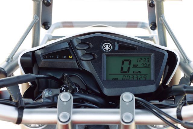 画像: 速度を大きくデジタル表示するシンプルなメーター。時計、ツイントリップ機能付きで、バックライトはグリーン。