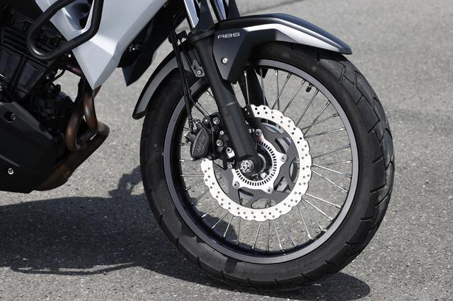 画像: フロントは19インチホイールを採用。標準装着タイヤはチューブタイヤで、ブレーキは290mm径のペータルディスク。