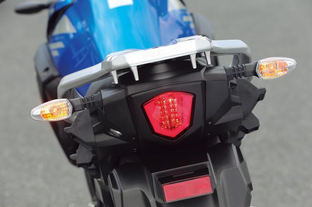 画像: テールランプはLED、ウインカーはクリアレンズ採用の電球タイプ。リアキャリアには荷掛けフックが4カ所備わっている。