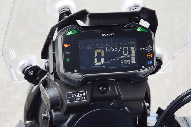画像: バーグラフ式のタコメーターを上部にレイアウトした反転表示の液晶メーター。左下には便利なDCソケットも装備する。