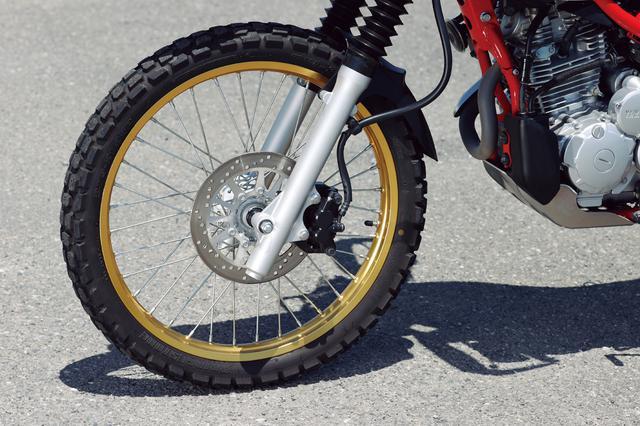 画像: 21インチの軽量アルミ製リムに、低騒音を考慮した細身のチューブタイヤを履く。ディスクローター径は245mm。