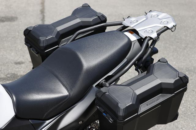 画像: ロングランもこなせる、ホールド性の高いシートをはやや硬めの設定。左右にはパニアケースも標準装備している。