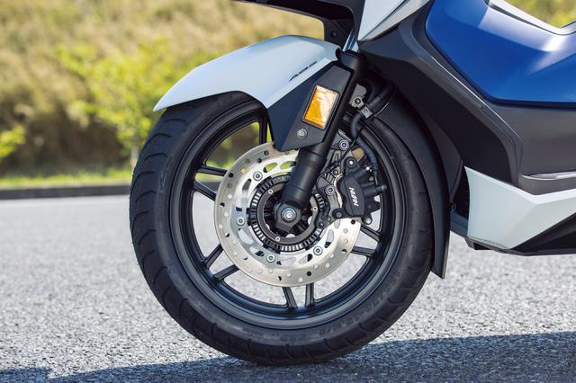 画像: 専用のフロントホイールは15インチ径のアルミ製12本スポークデザイン。前後ABSを標準装備し、フロントディスクローター径はΦ256mmだ。