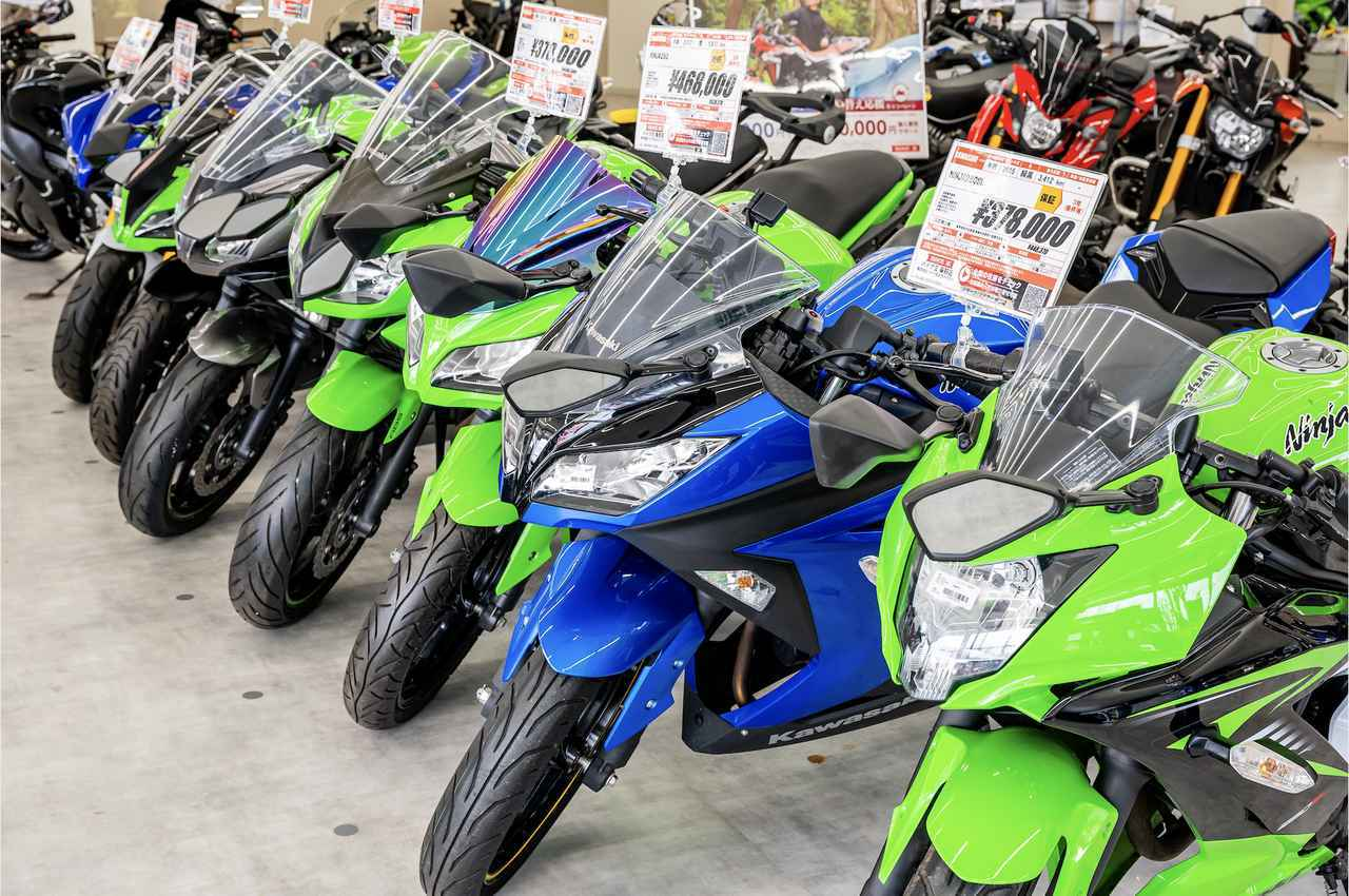 画像: 20代のライダーに人気が高いのはやはりフルカウルのスポーツモデル。ネットを上手に活用する世代とあって、バイク王販売店の認知度が高いのは20代。