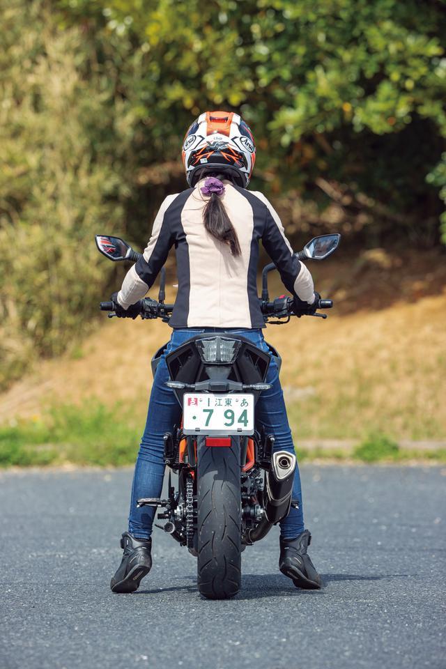 画像: KTM「250 DUKE」ライディングポジション・足つき性